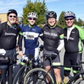 Groupe de cyclistes masculins en course cycliste